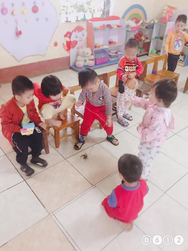 Buộc dây, mang pet yêu đến lớp, cậu bé 3 tuổi khiến cô giáo giật mình bối rối - Ảnh 3.