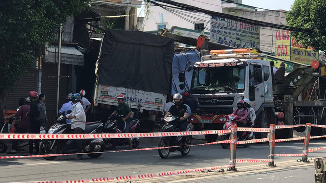 Xe tải nổ lốp tông sập 2 nhà dân ven đường, tài xế kêu cứu trong cabin - Ảnh 1.