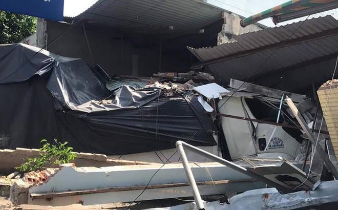 Xe tải nổ lốp tông sập 2 nhà dân ven đường, tài xế kêu cứu trong cabin