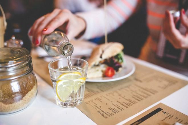 Những nghi thức trong ăn uống bạn cần biết trước khi đi du lịch vòng quanh thế giới - Ảnh 12.