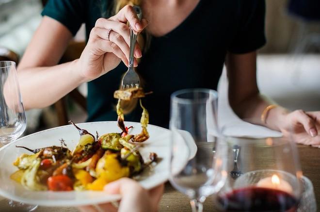 Những nghi thức trong ăn uống bạn cần biết trước khi đi du lịch vòng quanh thế giới - Ảnh 3.