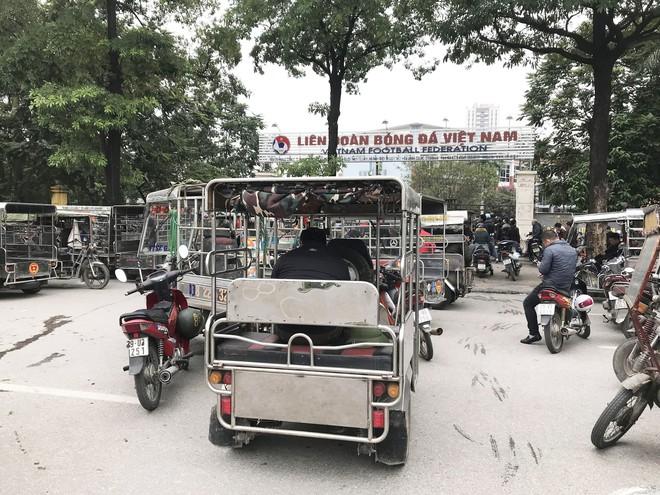 Hàng trăm thương binh chen lấn chờ đăng kí mua vé trận chung kết Việt Nam - Malaysia - Ảnh 1.