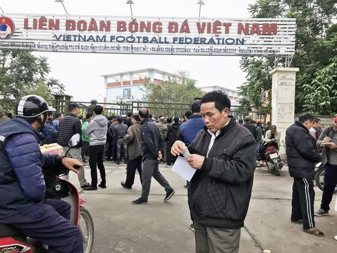 Hàng trăm thương binh chen lấn chờ đăng kí mua vé trận chung kết Việt Nam - Malaysia - Ảnh 8.