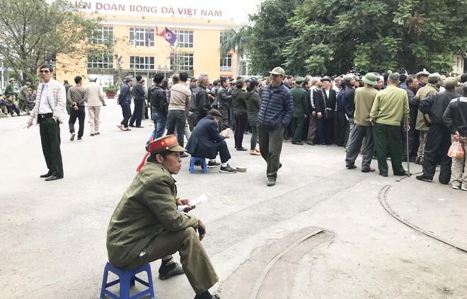 Hàng trăm thương binh chen lấn chờ đăng kí mua vé trận chung kết Việt Nam - Malaysia - Ảnh 5.