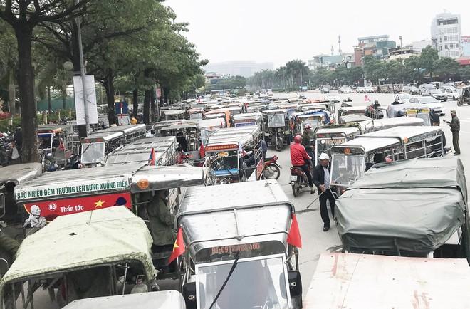 Hàng trăm thương binh chen lấn chờ đăng kí mua vé trận chung kết Việt Nam - Malaysia - Ảnh 2.