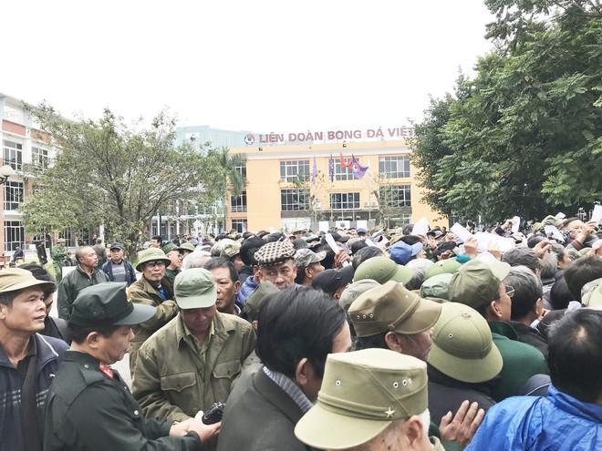 Hàng trăm thương binh chen lấn chờ đăng kí mua vé trận chung kết Việt Nam - Malaysia - Ảnh 4.