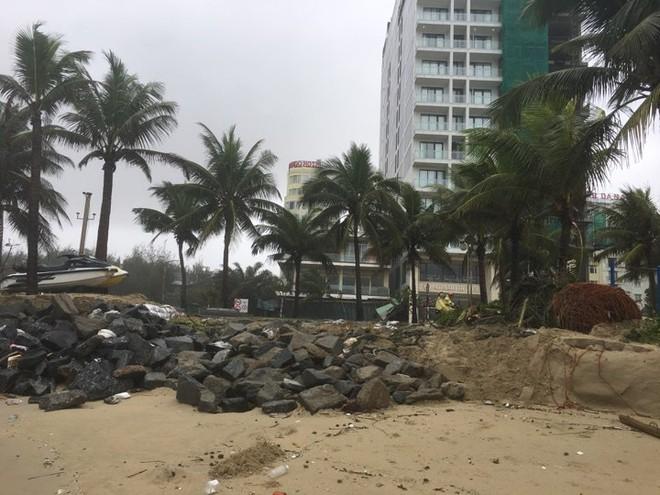 Cận cảnh bãi biển đẹp nhất hành tinh sạt lở kinh hoàng sau trận mưa lịch sử ở Đà Nẵng - Ảnh 7.