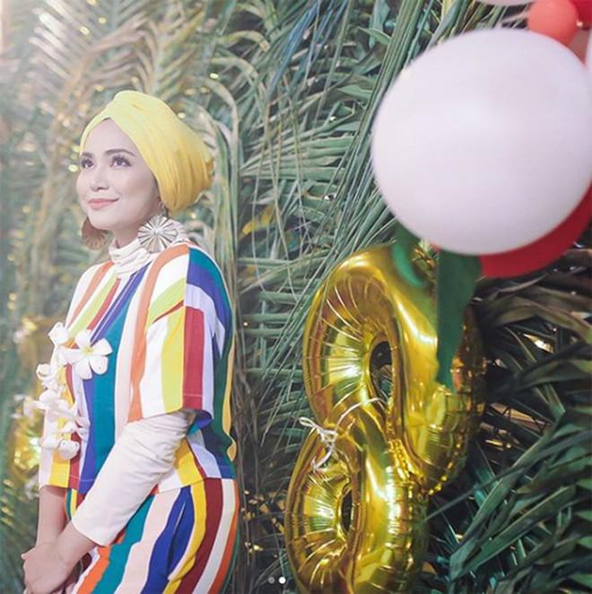 Bỏng mắt ngắm dàn bạn gái là MC, diễn viên của tuyển Malaysia - Ảnh 14.