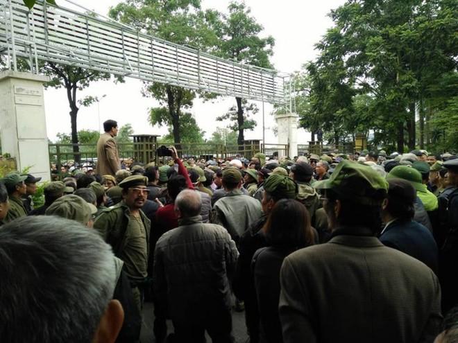 VFF gửi công văn hỏa tốc cầu cứu vì quá nhiều người giả thương binh tụ tập gây rối đòi mua vé - Ảnh 7.