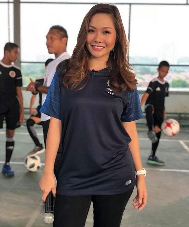 Bỏng mắt ngắm dàn bạn gái là MC, diễn viên của tuyển Malaysia - Ảnh 8.