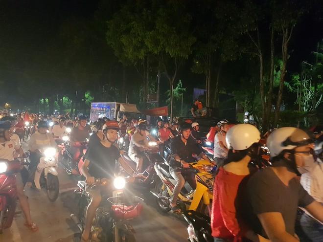 Hàng ngàn người ở miền Tây xuống đường đi bão sau khi trận hoà 2-2 của Việt Nam với Malaysia - Ảnh 1.