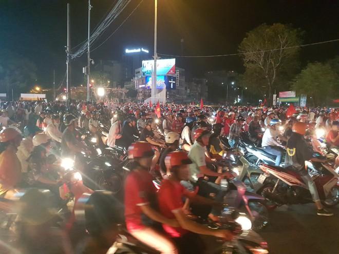 Hàng ngàn người ở miền Tây xuống đường đi bão sau khi trận hoà 2-2 của Việt Nam với Malaysia - Ảnh 2.
