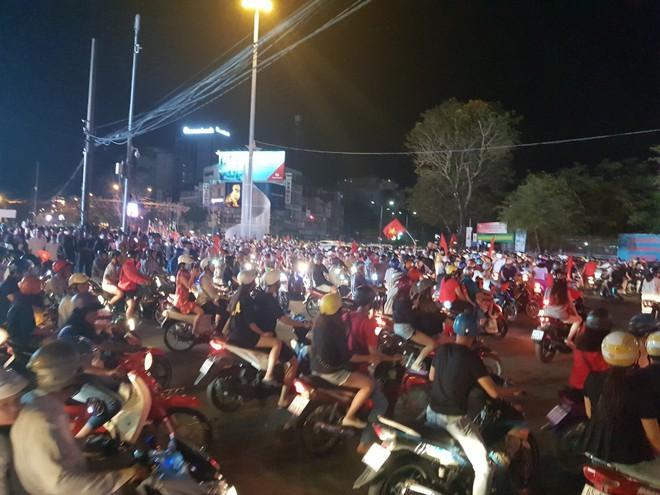 Hàng ngàn người ở miền Tây xuống đường đi bão sau khi trận hoà 2-2 của Việt Nam với Malaysia - Ảnh 3.