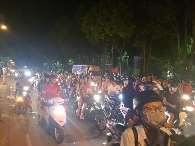 Hàng ngàn người ở miền Tây xuống đường đi bão sau khi trận hoà 2-2 của Việt Nam với Malaysia - Ảnh 4.