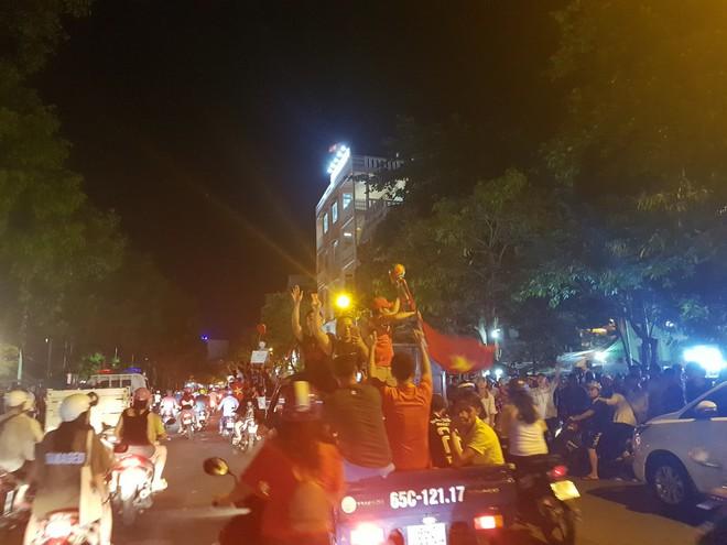 Hàng ngàn người ở miền Tây xuống đường đi bão sau khi trận hoà 2-2 của Việt Nam với Malaysia - Ảnh 7.