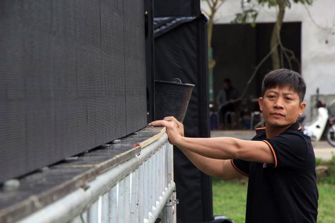 Lắp màn hình LED rộng 40m2 gần nhà Quang Hải phục vụ người dân xem bóng đá - Ảnh 6.