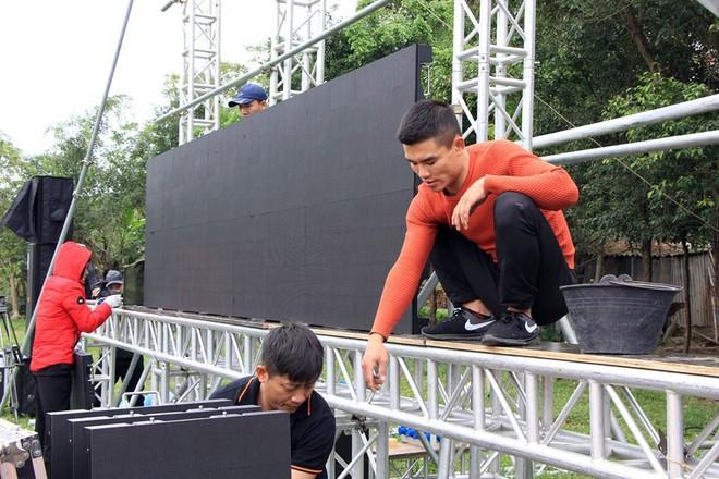 Lắp màn hình LED rộng 40m2 gần nhà Quang Hải phục vụ người dân xem bóng đá - Ảnh 8.