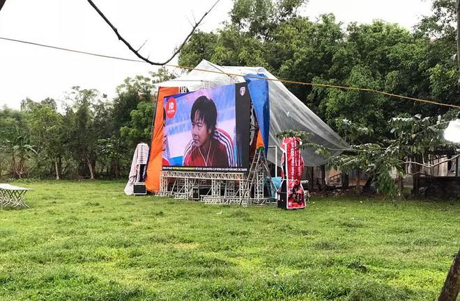 Lắp màn hình LED rộng 40m2 gần nhà Quang Hải phục vụ người dân xem bóng đá - Ảnh 3.