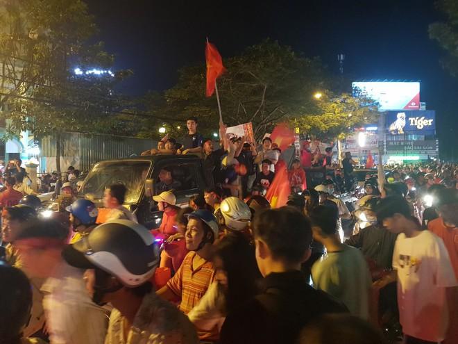 Hàng ngàn người ở miền Tây xuống đường đi bão sau khi trận hoà 2-2 của Việt Nam với Malaysia - Ảnh 9.