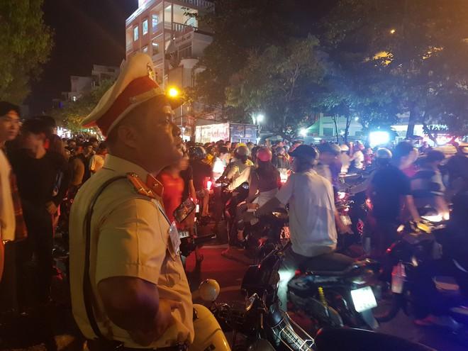 Hàng ngàn người ở miền Tây xuống đường đi bão sau khi trận hoà 2-2 của Việt Nam với Malaysia - Ảnh 10.