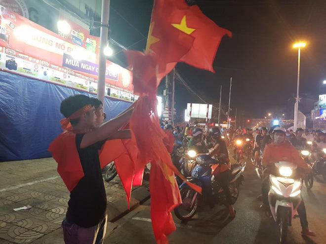 Hàng ngàn người ở miền Tây xuống đường đi bão sau khi trận hoà 2-2 của Việt Nam với Malaysia - Ảnh 11.