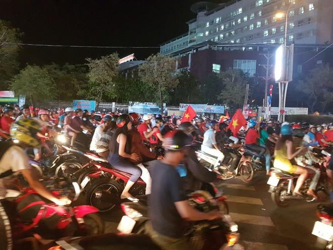 Hàng ngàn người ở miền Tây xuống đường đi bão sau khi trận hoà 2-2 của Việt Nam với Malaysia - Ảnh 12.