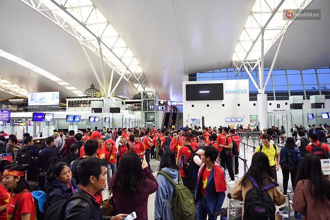 CĐV nhuộm đỏ sân bay Nội Bài và Tân Sơn Nhất, lên đường sang Malaysia tiếp lửa cho ĐT Việt Nam trong trận chung kết AFF Cup - Ảnh 1.