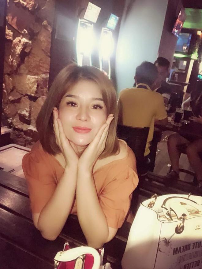 Bà chủ xinh đẹp ở Malaysia: Vào sân Bukit Jalil sợ bị đánh, mong Việt Nam thắng - Ảnh 3.