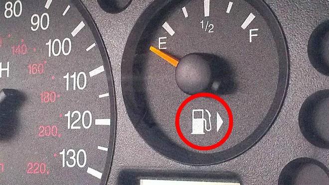 Công dụng đặc biệt của mũi tên cạnh biểu tượng bình xăng trên ô tô là gì? - Ảnh 2.