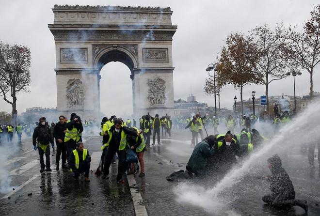 Áo vàng càn quét Paris - Thảm kịch của EU: Bộ 3 M gồng mình cứu vãn quyền lực - Ảnh 1.