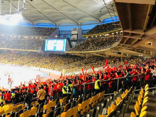 Mua vé đàng hoàng, CĐV Việt Nam vẫn phải đứng để nhường chỗ cho fan Malaysia - Ảnh 1.