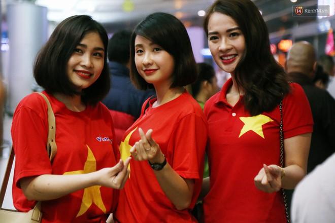 CĐV nhuộm đỏ sân bay Nội Bài và Tân Sơn Nhất, lên đường sang Malaysia tiếp lửa cho ĐT Việt Nam trong trận chung kết AFF Cup - Ảnh 19.