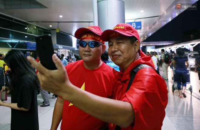 CĐV nhuộm đỏ sân bay Nội Bài và Tân Sơn Nhất, lên đường sang Malaysia tiếp lửa cho ĐT Việt Nam trong trận chung kết AFF Cup - Ảnh 20.