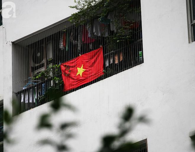 Trước thềm chung kết AFF, cờ đỏ sao vàng nhuộm cả một góc Linh Đàm, chỉ nhìn thôi đã thấy khí thế rợp trời - Ảnh 7.