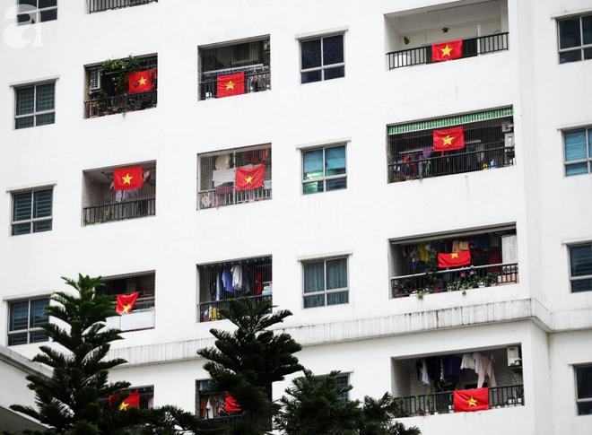 Trước thềm chung kết AFF, cờ đỏ sao vàng nhuộm cả một góc Linh Đàm, chỉ nhìn thôi đã thấy khí thế rợp trời - Ảnh 8.