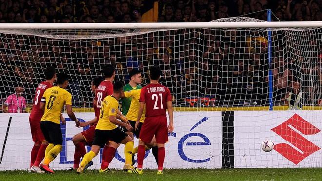 CĐV Thái Lan cảm thấy xấu hổ sau khi xem trận đấu giữa Việt Nam và Malaysia - Ảnh 1.