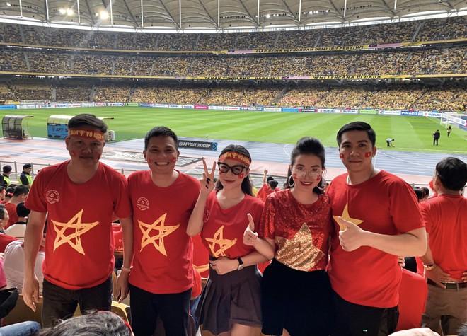 Sang tận Malaysia cổ vũ bóng đá, Huyền Dung - The Voice suýt... đứng ngoài SVĐ dù đến trước 4 tiếng - Ảnh 2.