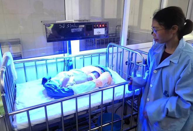 Em bé sơ sinh chưa rụng rốn bị người thân lén bỏ vào phòng bảo vệ cùng 1 triệu đồng - Ảnh 1.