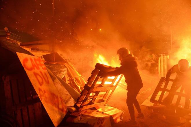 24h qua ảnh: Người biểu tình Pháp đốt hàng rào chặn đường vào kho xăng - Ảnh 2.