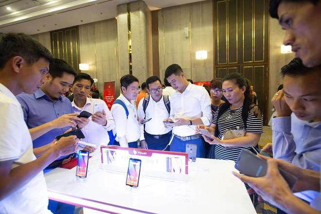 Hàng trăm người chờ đợi thử nghiệm điện thoại VSmart - Ảnh 7.