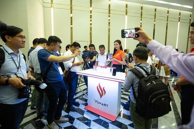 Hàng trăm người chờ đợi thử nghiệm điện thoại VSmart - Ảnh 8.