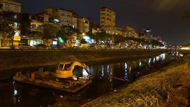 Công nhân ngâm mình trong đêm lạnh nạo vét sông Tô Lịch - Ảnh 1.
