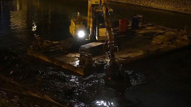 Công nhân ngâm mình trong đêm lạnh nạo vét sông Tô Lịch - Ảnh 2.