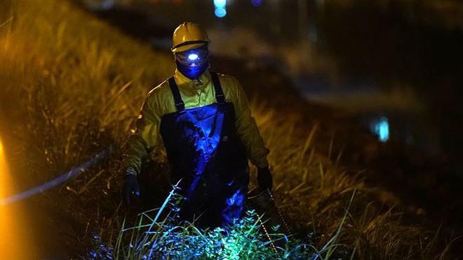 Công nhân ngâm mình trong đêm lạnh nạo vét sông Tô Lịch - Ảnh 4.