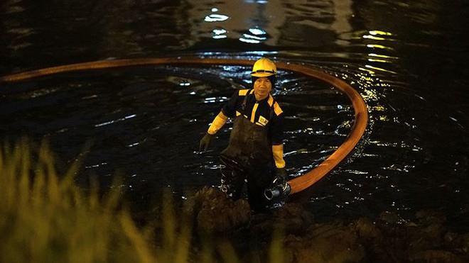 Công nhân ngâm mình trong đêm lạnh nạo vét sông Tô Lịch - Ảnh 6.