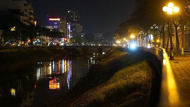 Công nhân ngâm mình trong đêm lạnh nạo vét sông Tô Lịch - Ảnh 9.