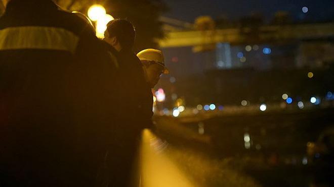 Công nhân ngâm mình trong đêm lạnh nạo vét sông Tô Lịch - Ảnh 10.