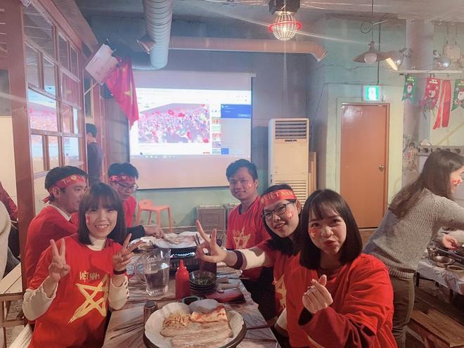 Người Việt Nam trên khắp năm châu mở hội, vỡ òa với khoảnh khắc chúng ta lên ngôi - Ảnh 5.