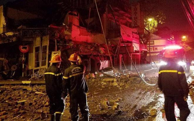 Nhà 2 tầng đổ sập trong đêm mưa, 2 người thoát chết