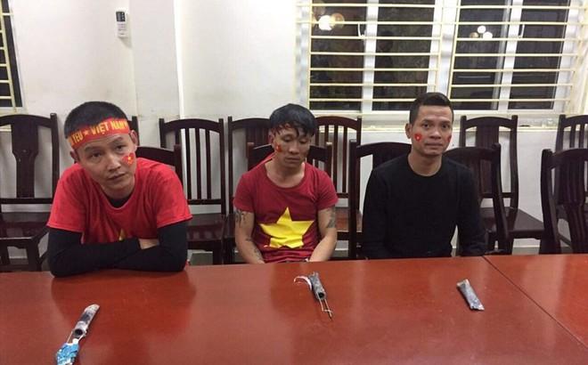 Ba cổ động viên đốt pháo sáng bị xử phạt